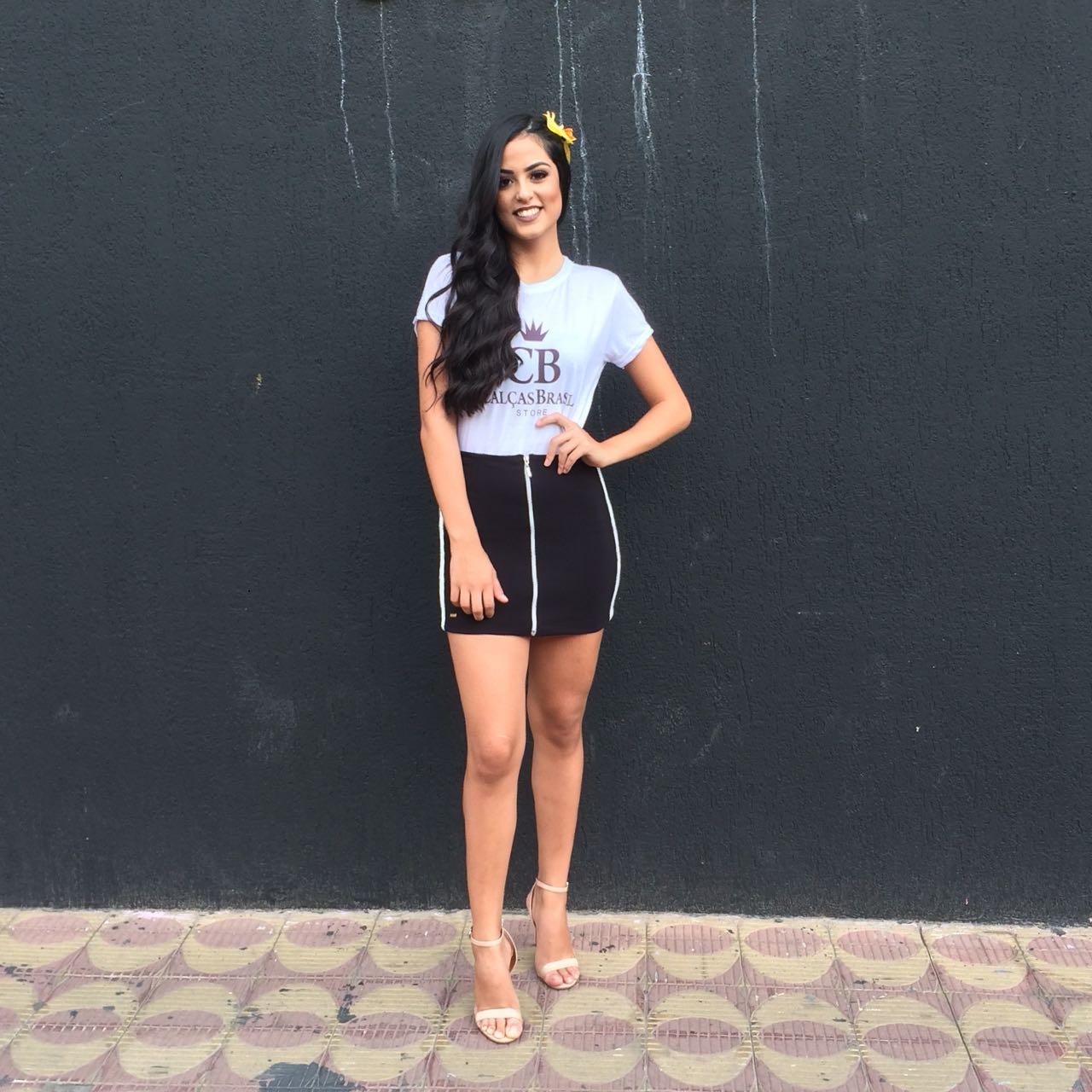 É muita beleza em uma só imagem. A modelo oficial da grife Calças Brasil, Gabriela Costa, em clique vip para a coluna. Linda e exuberante!