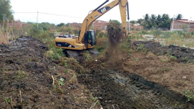 Descarte incorreto de materiais pode entupir bueiros e canais de escoamento da água das chuvas.