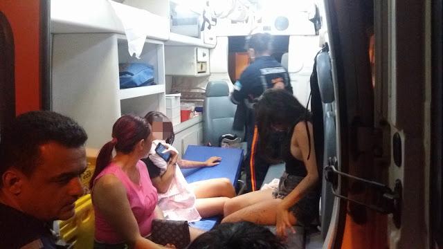 De acordo com a PM, uma viatura foi recebida a tiros quando chegou à favela. Os policiais revidaram e as duas adolescentes acabaram feridas.