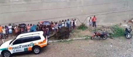 Quatro veículos foram necessários para retirar as pessoas mortas. Foto: O povo