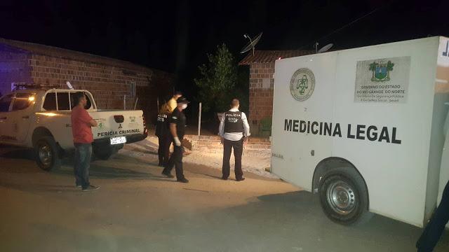 Vítima conversava com amigos perto de casa quando os assassinos chegaram.