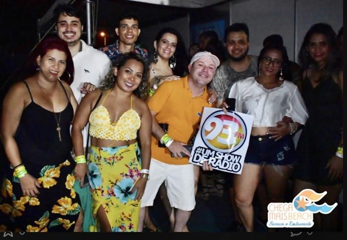 O colunista com a equipe e com alguns ouvintes da 93 FM nos bastidores do Fest Verão Canoa na Chega Mais Beach.