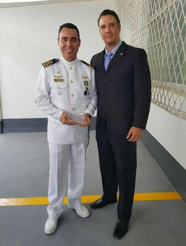 O novo Capitão dos Portos do RN, Comandante Rogério Medeiros, recebendo homenagem do Comandante Igor Sanderson, Diretor da Areia Branca Pilots.