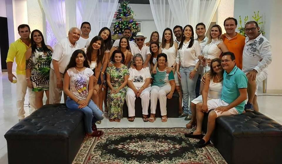 Eis aqui parte da família Soares reunida para esperar a vidada do ano no Espaço Maria Julia, anfitrionados por Vandilson e Tica Soares. Show!