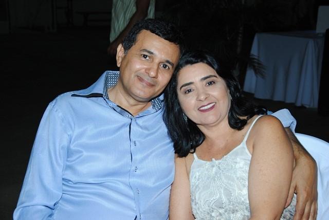 Prestigiando o baile da cidade o casal Raimundo Celcivan de Lima e sua Veluzia Maria Gurgel de Lima. Chique!