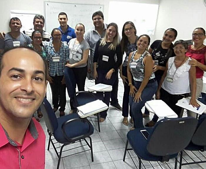Diego Dantas, consultor do Sebrae, na selfie com os servidores da Câmara Municipal de Pau dos Ferros, no encerramento do Curso de Atendimento ao Cliente.