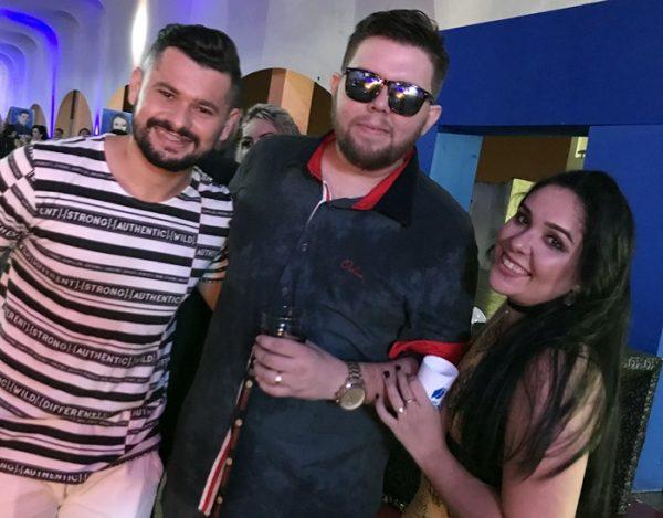 Davson Davis, vocalista da banda Forró Danado no clique com o casal João Felipe e Marina Vidal do Boteco Bombeer.