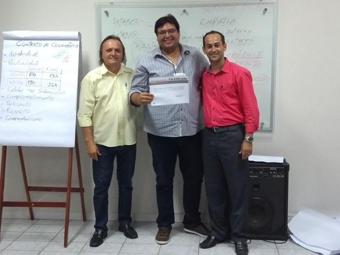 O Presidente de Câmara Municipal de Pau dos Ferros, Eraldo Alves, no clique com o Controlador Interno da Casa Legislativa, advogado Jaime Carvalho, e o consultor do Sebrae, Diego Dantas, no encerramento do curso de Atendimento ao Cliente.