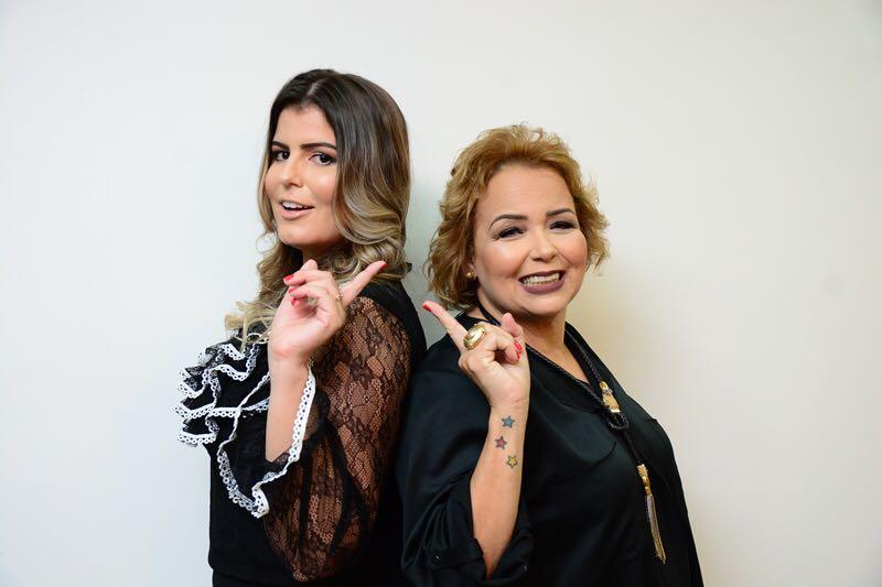 """As colunistas Rafaella Costa e Marilene Paiva nos preparativos para o lançamento do livro """"Talvez eu seja a solução""""."""