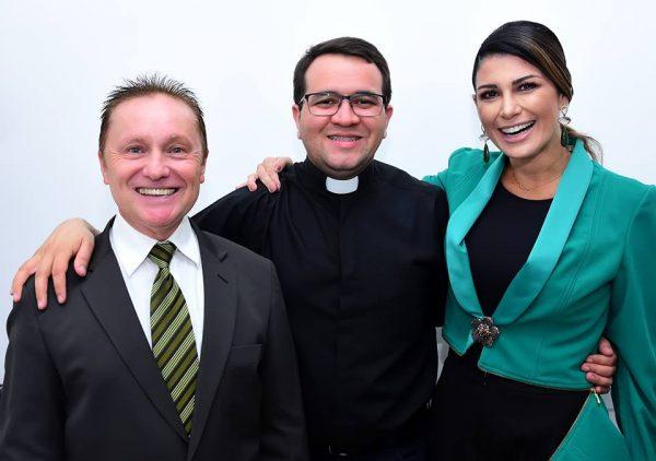 Em clique de Célio Duarte, um trio poderoso com: Ricardo Menezes Gerente do IOT, Padre Charles Lamartine e Karenine Fernandes em momento inauguração do Instituto de Ortopedia e Traumatologia de Mossoró. Um luxo!