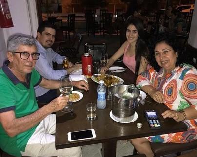 Comemorando o seu aniversário ontem (07/02), o Auditor Fiscal José Vieira, com seus filhos o Advogado Leonardo Figueiredo, a Arquiteta Luana Vieira e sua esposa, a amiga colunista Soraya Vieira.