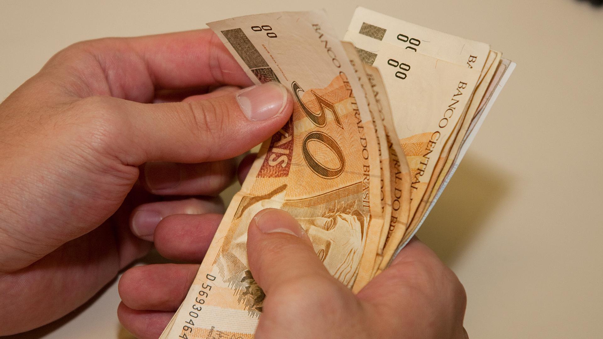 Servidores que ganham até R$ 2 mil devem receber 13º salário em março
