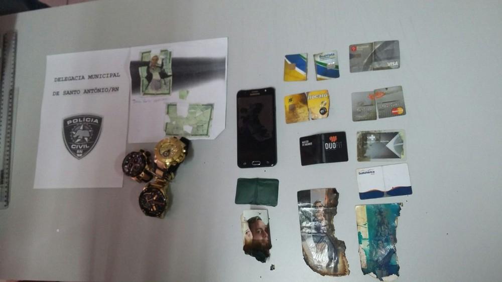 Material foi apreendido pela polícia do RN em local onde pousou helicóptero dos assassinos dos integrantes do PCC (Foto: Sérgio Henrique Santos/Inter TV Cabugi)