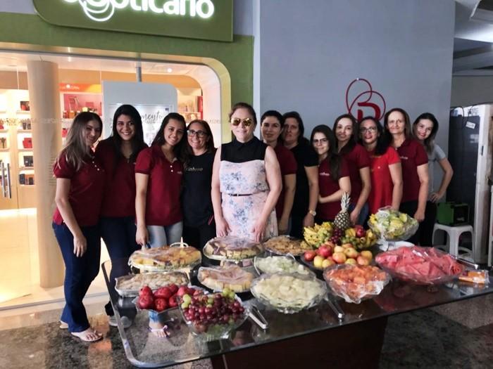 A empresária Alzir Aquino no clique com as colaboradoras do O Boticário no café da manhã em homenagem ao Dia Internacional da Mulher.