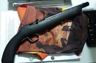 Segundo a Polícia Militar, funcionários da escola teriam percebido a arma na bolsa do estudante e chamaram a polícia.