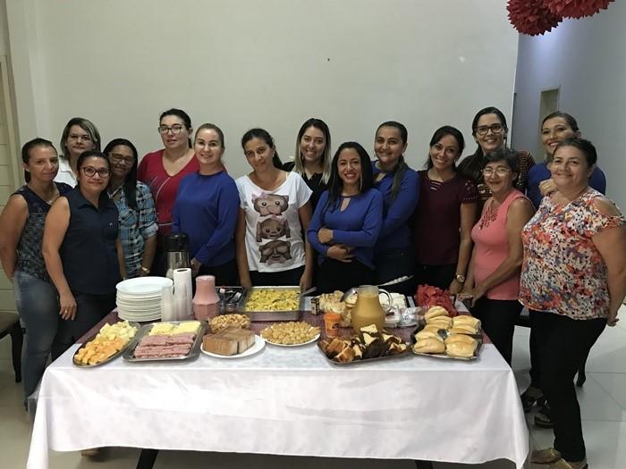 Alcinete Morais, Secretária Geral da Câmara Municipal de Pau dos Ferros, no clique com as colaboradoras em café da manhã especial em comemoração ao Dia Internacional da Mulher.