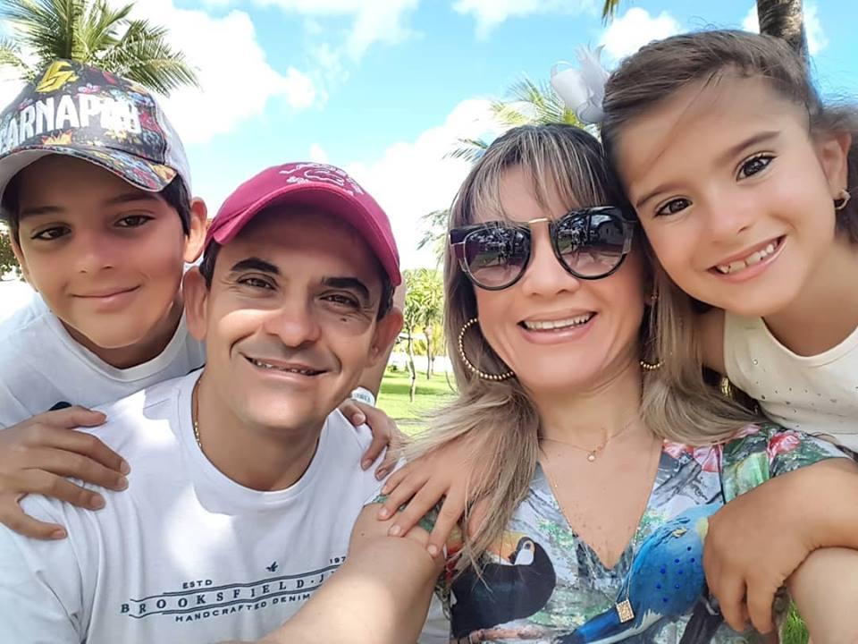 Parabéns e muitas felicidades para o diretor do carnapau Cleanto Bezerra que fez aniversário 18/03. Na foto com sua família linda, a Farmacêutica Alessandra Pacoal, e seus filhos.