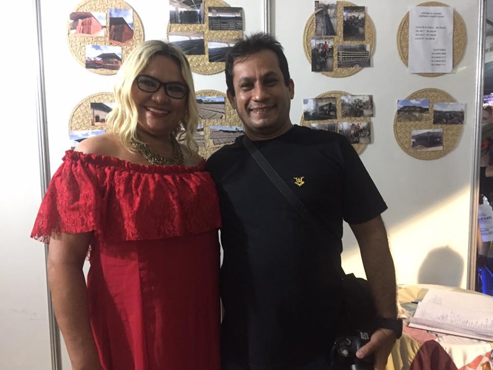 A escritora Vilmaci Viana com blogueiro Jânio Duarte em meio aos eventos apodienses.