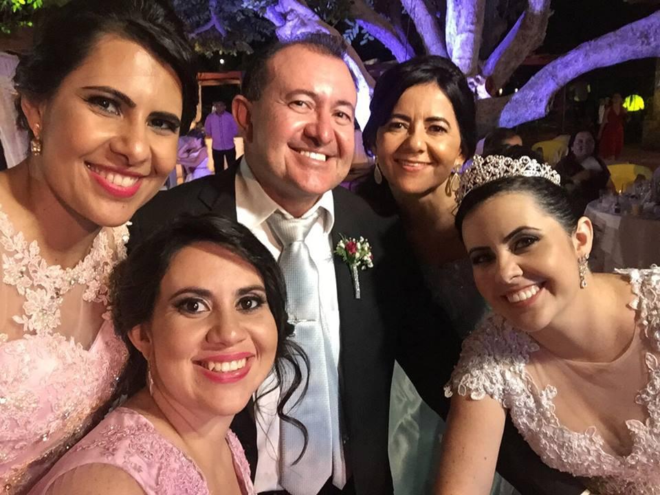 Ladeado pelas mulheres da sua vida esposa e filhas o aniversariante festejado da semana Alfredo José Fernandes. Da coluna renovamos os votos de felicidades mil!
