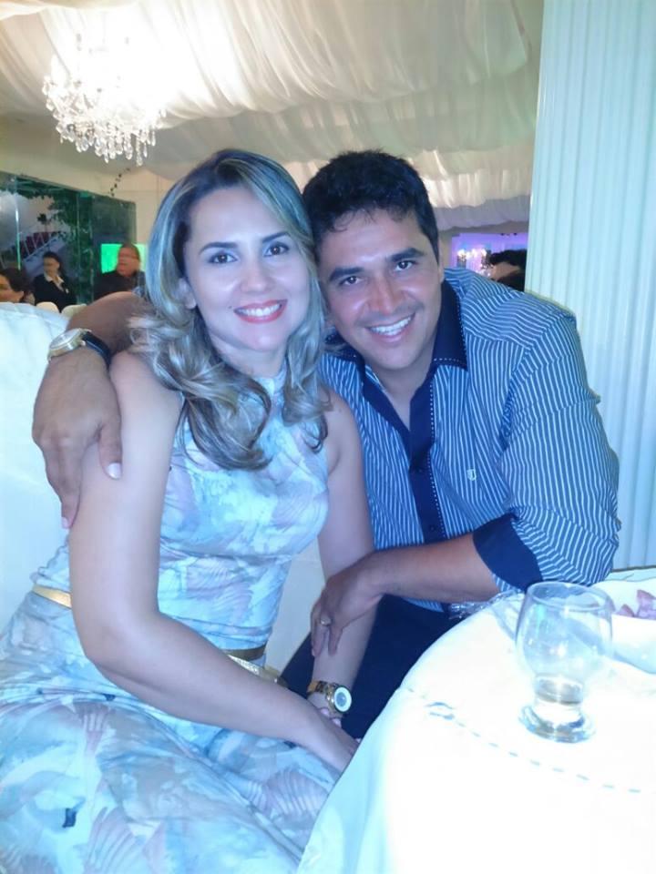 Aniversariante festejada de ontem a querida Daniele Alves Martins na foto com o maridão Jedaias Matins. E nós renovamos os votos de saúde e paz!