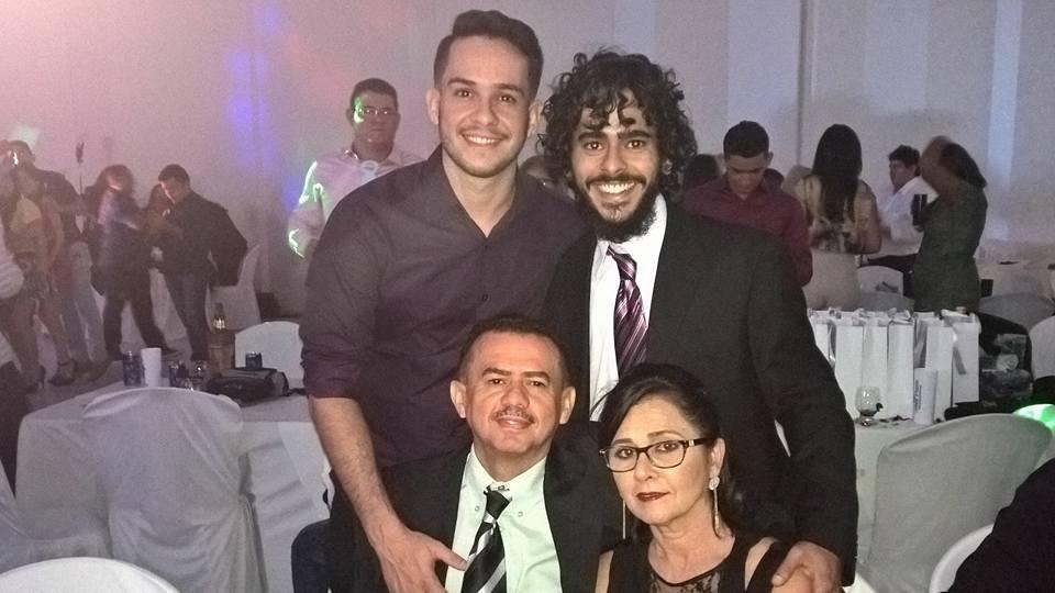 Outra aniversariante querida da semana é Maria José Curinga Leite Alves, ladeada pelo marido Francisco Antonio e os filhos Nacor e Emanuel. Tintim!
