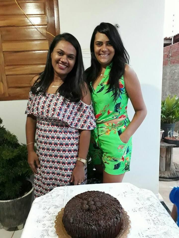 Hoje todos os vivas para Manuela Souza que está de idade nova e nós desejamos felicidades mil, na foto com Poliana Rodrigues. Arrasou!