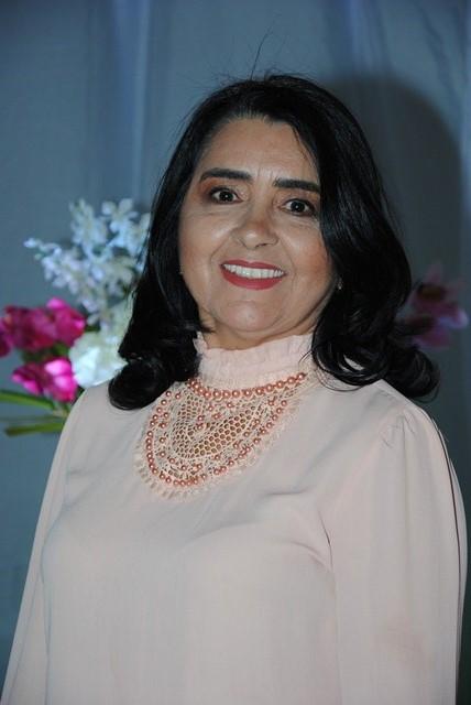 Domingo quem amanhece de idade nova é a médica Veluzia Gurgel de Lima para quem desejamos toda felicidade que houver. Ela merece!