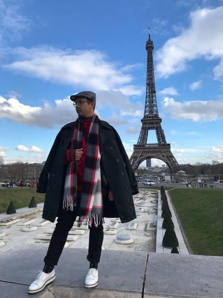 No clima frio, e arrasando com seus looks nas ruas de Paris, oestilista Izaac Oliveira.