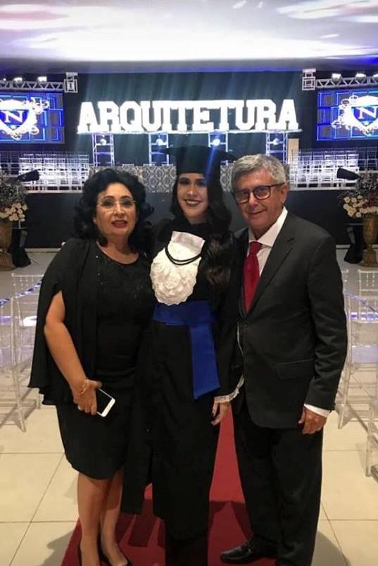 Parabéns para a mais nova Arquiteta Luana Vieira. Foto da sua colaçãocom seus pais, a querida colunista Soraya Vieira e o Auditor Fiscal Jose Vieira. Sucesso para você!