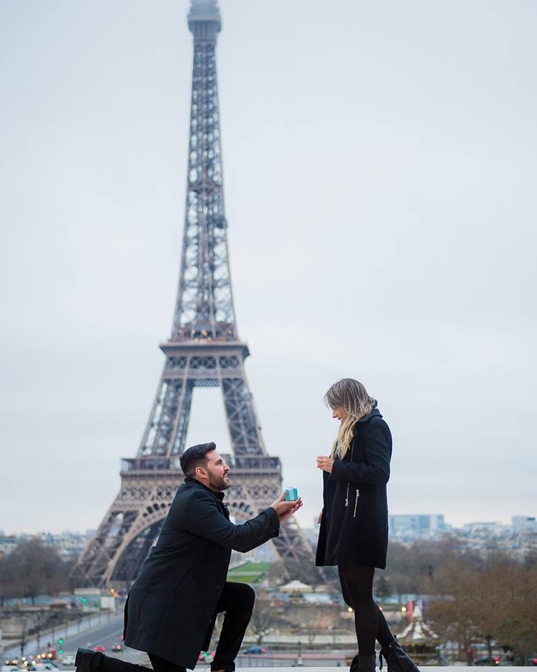 Nesse cenário lindo!Em frente a Torre Eiffel Dr. Maxuelton Alves pede sua namorada, a Dra. Maria Helena, em casamento, que coisa mais linda de se ver. Felicidades aocasal.