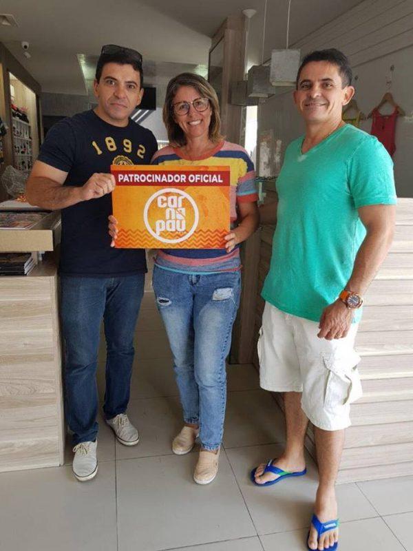 A empresária Marillac Souza da loja Max Modas, fechando parceria com esse evento grandioso, Carnapau 2018 em Pau dos Ferros, com os diretores, João Noronha (à esquerda) e Cleanto Bezerra.