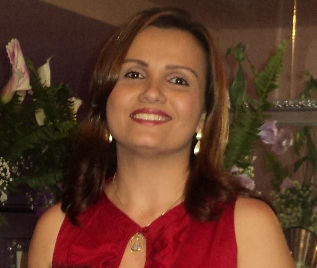 Professora Aparecida Rego nos preparativos para lançar seu livro em Pau dos Ferros/RN.