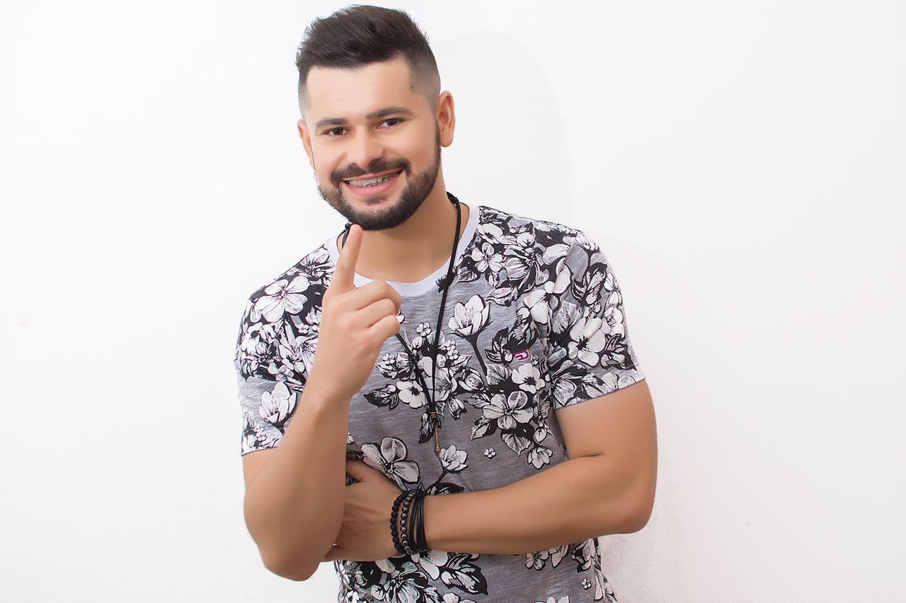 """Davson Davis, vocalista da banda Forró Danado, feliz com o sucesso da nova música de trabalho """"Lance Proibido""""."""
