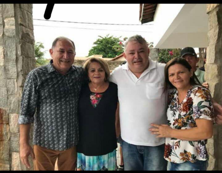 Dr. Nilton Figueiredo com a esposa Maria José recebendo o vereador Galego do Alho e a esposa Nelinha, no café da manhã de seu aniversário.