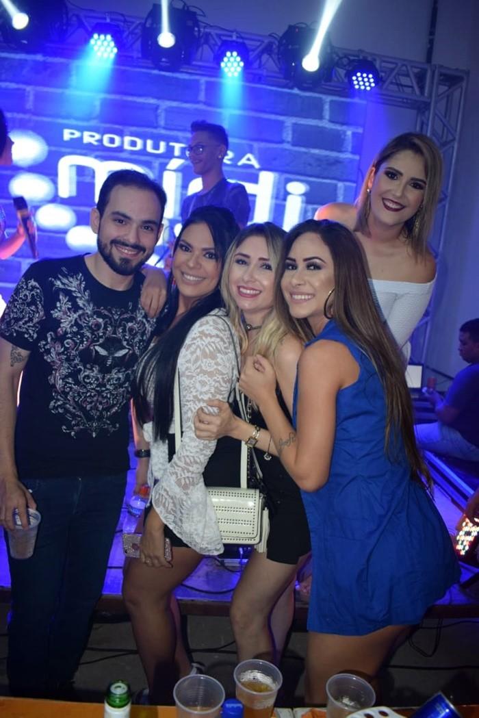 Os empresários Dirceu Mota e Bruna Marques no clique com Ester Louise, Gil Lima e Malena Claudino na Farra da Brendinha.
