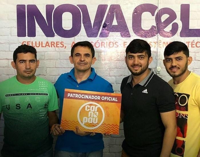 Em tempo, parabenizamos o empresário Cleanto Bezerra, aniversariante do dia 18, aqui no clique com Antônio Luzaíldo, Thiago Luã e Luiz Júnior, equipe da loja Inova Cell, patrocinadora oficial do Carnapau.