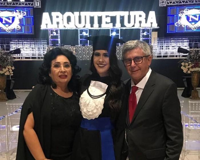 A mais nova arquiteta da cidade, Luana vieira, em sua Colação de Grau com os pais José Vieira e Soraya Vieira. Segue os nossos parabéns e os votos de muito sucesso profissional.