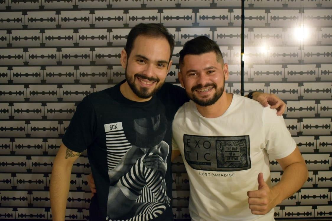 O empresário Dirceu Mota recebendo o cantor Davson Davis, da banda Forró Danado, no VinteDez Pub House, em Pau dos Ferros/RN.