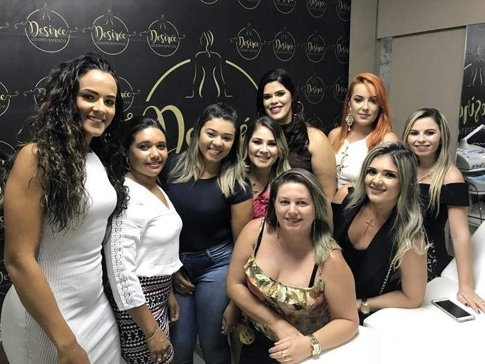"""Desirée no clique com a equipe de profissionais do """"Desirée Centro Estético"""" na noite de inauguração."""
