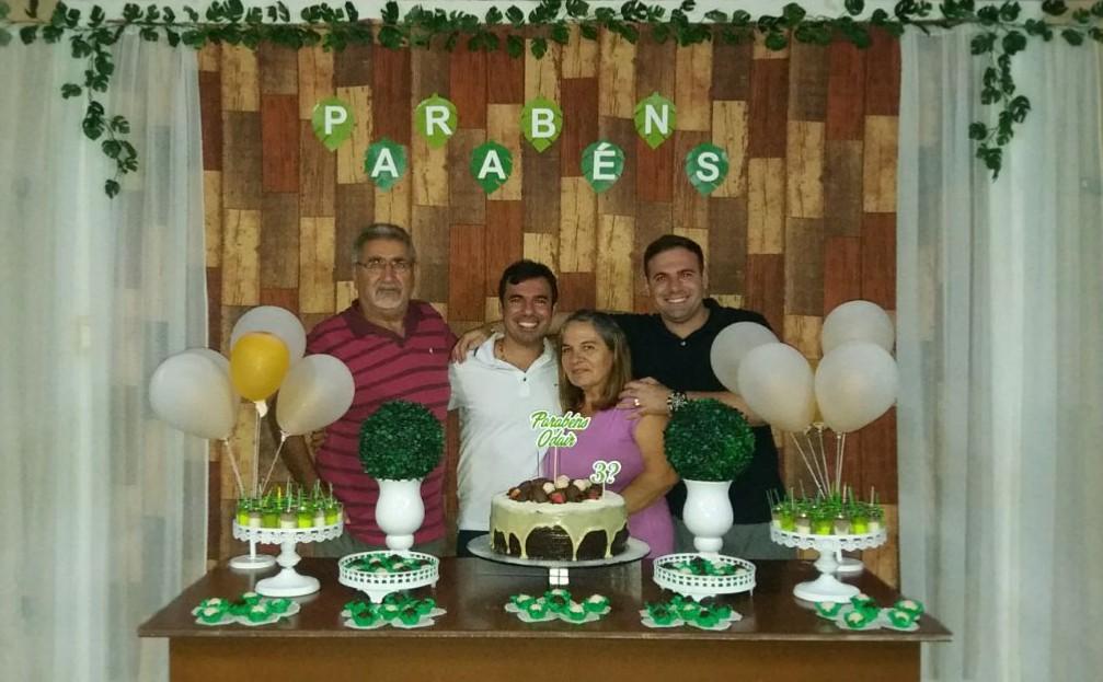 O advogado Odair Rego aniversariou recentemente e aqui no clique recebendo o abraço dos pais Oséas/Marilá e do irmão Rodrigo.