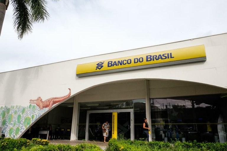 Para sacar, o trabalhador da iniciativa privada deve entrar em contato com a Caixa Econômica Federal, enquanto os servidores públicos recebem a quantia pelo Banco do Brasil.