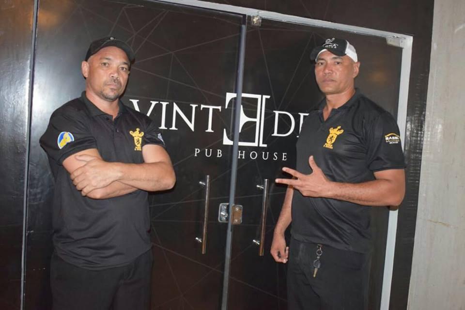 Respeite o segurança! O amigo Anselmo Nunes, celebrando mais um ano de vida ontem (06/04) na foto com o irmão Clodoaldo Nunes. Felicidades!