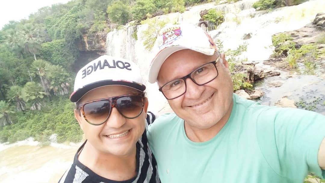 Os amigos Zuildo Alves e Raimundinho Duarte na cachoeira do roncador na cidade de Felipe Guerra.