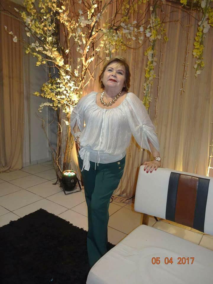 Com muito carinho e amizade que envio um forte abraço de parabéns a Dona Eloilma Bezerra de Menezes pelo seu natalício no dia de ontem. Flores perfumadas!