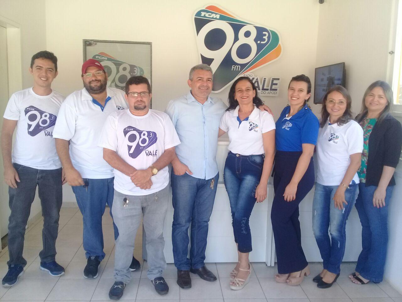 No nome de Fernando Magalhães, envio um forte abraço à todos esses competentes profissionais da nova emissora apodiense FM 98.3. Muitos aplausos!