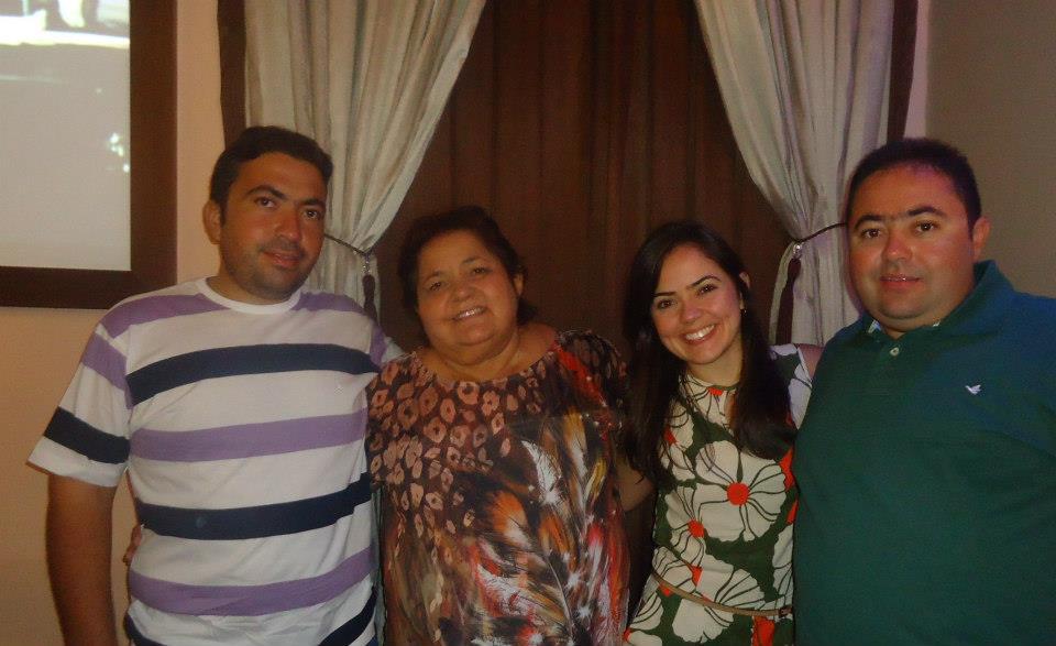 Querida Helena Godeiro amanhece de idade nova na próxima quinta-feira, na foto ladeada pelos filhos Naná, Catharina e Macinho, daqui seguem os votos de Felicidades mil!