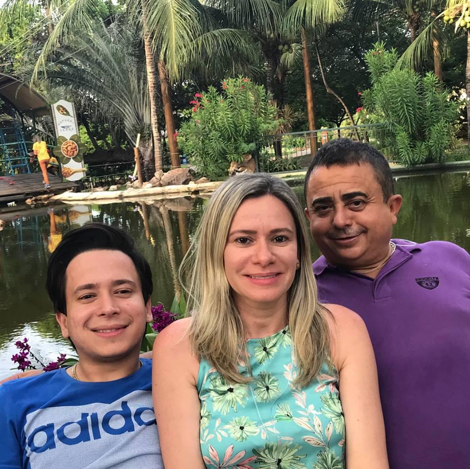 Aniversariante querida de amanhã a amiga Senise Barreto Soares Alves, na foto ladeado pelos amores da sua vida o Filho Givago Barreto e o maridão Eugenio Alves. Tintim!