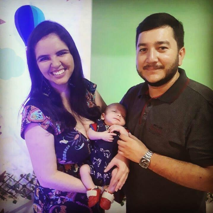 Do álbum de família, Fernanda Augusta aniversariante do dia com o filho Tito e o maridão Vonuvio Praxedes. Daqui desejamos felicidades mil!