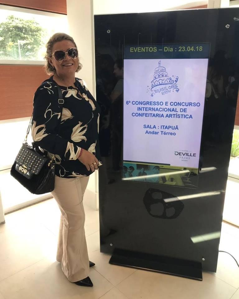 Toda fina a alinhada Fábia Soares direto de Salvador onde participa do 6º Congresso Internacional de Confeitaria Artística. Um luxo!