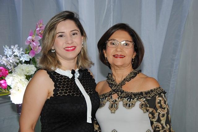Quem amanhece de idade nova na próxima segunda-feira é Ana Paula Oliveira, na foto com sua mammy poderosa Verinha. Daqui desejamos tudo de bom!